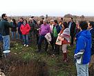 Regantes de Villarrubia de los Ojos escuchan las explicaciones sobre el desarrollo de la actividad en las Tablas de Daimiel