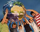 Niños sujetando la bola del mundo