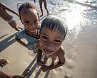 Niños jugando en una playa al noroeste de Borneo, en un área que está emergiendo como destino del ecoturismo.