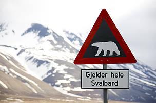 Señal de advertencia de osos polares en Longyearbyen, Svalbard.