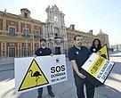 Entrega de firmas a Susana Díaz contra el proyecto de almacén de gas en Doñana, el miércoles 11 de marzo de 2015 en el Palacio de San Telmo (Sevilla).